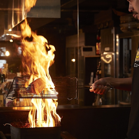 激しい炎で香ばしく焼き上げられる本格的な藁焼きが味わえます。
