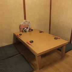 小上がりお座敷席。伸ばせるテーブルで6名様まで対応可能。個室にもなります