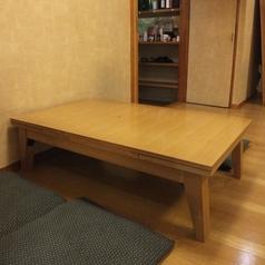 奥手前の小上がりお座敷席。伸ばせるテーブルで6名様まで対応可能。個室にもなります