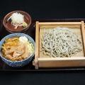 料理メニュー写真へぎそばとミニ生姜焼き丼セット