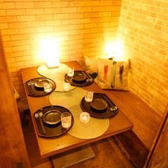 有名デザイナーが手掛けた優雅な部屋は帰りたくなくなる程の居心地の良さを実現しました。新宿エリアでの接待やワンランク上のデートなどでお使いいただけます。当店自慢の味のあるお刺身に肉料理と舌鼓をうちながら語らいの場にしてください。
