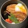 料理メニュー写真角煮釜飯(温玉付き)