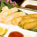 料理メニュー写真鳥皮ギョウザ/パリパリチーズフライ/イカゲソ揚げ/タコの唐揚げ