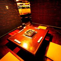 テーブル席はロールを下すと個室風空間に・・・