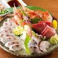 全国から新鮮な魚介類を取り揃え、季節で一番の美味しく頂ける鮮魚とプロが選んだ粋な魚をご提供しております。鮮度が自慢のお刺身をお愉しみください。単品でのご注文も承っておりますのでお気軽にご注文ください。季節によって限定の鮮魚がある場合もございますので、詳しくはスタッフへお問い合わせください。