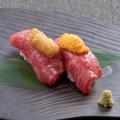 料理メニュー写真和牛肉寿司 贅沢雲丹のせ <2貫>/和牛大トロサーロイン肉寿司 贅沢雲丹のせ <2貫>