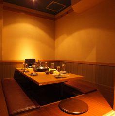 しっとりと少人数での宴会に最適♪♪こちらは落ち着いた雰囲気の少人数用の個室。接待や企業様の大事なご宴会はもちろん、少人数での女子会や合コンでのご利用にも最適なプライベート個室となります。肉汁たっぷりパリパリ餃子といった絶品九州料理に舌鼓!こちらは人気のお席ですのでご予約はお早めに!