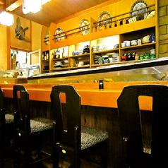 【迫力の水槽】カウンターには迫力ある水槽が。店名の通り見事な包丁さばきを肴に、一人でも気軽に老舗の味を堪能できる。