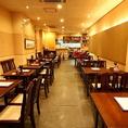 テーブル席メインの店内 予約人数によってお席を組み立て可能です。