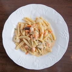 タリオリーニ 自家製スモークサーモンとポルチーニ茸のガーリック風味