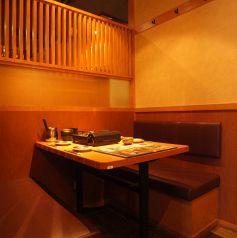 半個室なので少人数でゆっくりとお食事を楽しめる空間となっております。2~4名様用テーブル席!【上野 個室 ランチ 食べ放題 飲み放題 もつ鍋】