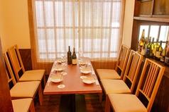 ゆったりとした空間のテーブル席。接待やデート、女子会・合コンにもぴったりなお席です!!