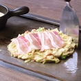 【★SPATULA名物★おこフォンデュの作り方】2.豚肉を乗せ、ひっくり返して4分、さらにひっくり返して3分程焼く。