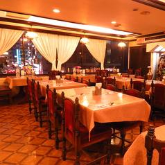 テーブル席を多数ご用意しております。オススメは赤坂の景色を一望できる窓際の席です◎