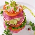 料理メニュー写真トマト・大根・ズワイガニのミルフィーユ