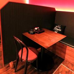 仕切りのある2名様用のテーブル席です。