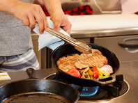店主が丁寧に焼き上げる、絶品のお肉。