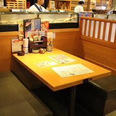 テーブルは広々。ごゆっくりお食事下さい。テーブル席は最大44名様までOK。※写真は系列店です