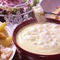 【女子会はとろとろチーズフォンデュ】女子会の鉄板です。野菜やバケットにとろとろチーズをたっぷりつけて召し上がれ♪
