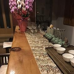 エネルギーにあふれた昭和の時代を感じられる古民家カフェ「森の茶室」のカフェスペース【1~2名様×6席】気軽に茶人の点てた茶と茶人がセレクトした茶器で味わうことができます。平日はランチ~カフェタイムでの営業ですが土曜の夜は22時まで営業★お酒もディナーもOK♪都電散策のついで、デートなどにもご利用頂けます