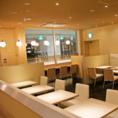 白を基調とした店内は、テーブル席を多数ご用意★ソファー席の半個室もございます!