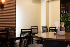 普通のテーブル席です。最大35人までのワンフロアになっております。(テーブル10名様、酒樽テーブル20名様、個室5名様)