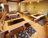座敷に広い6名座れるテーブルが3つ
