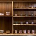 茶人がセレクトした茶器を贅沢につかっています。