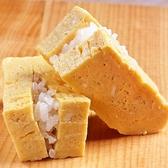 【自家製タマゴにしゃりを挟んだイチオシ寿司。】シャリには新潟岩船産のお米を使用。長年、多くのお米を試した中で、ネタ本来の味を引き立たせる品です。