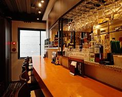 ワイングラスホルダーが圧巻な店内中央のカウンター席本格的なバーカウンターは雰囲気たっぷりでカップルにおすすめです♪