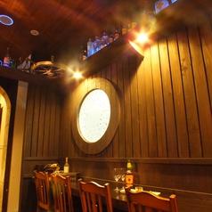 【大人のデートにも◎シックなカウンター席】 カウンター席は、船内の酒場をイメージ。酒場エリアの限定メニュー「荒くれ者のほろ酔いコンビ」(1,500円税抜)はアミューズと生ビール(琥珀ヱビス)のお得なセット!