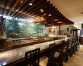 巨大水槽を眺めながらお食事をお楽しみいただけるカウンター席は人気席です。