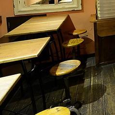 [TAVOLA] 2名掛けのテーブル席は7席ご用意!繋げて利用することも可能です。