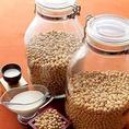★大豆屋こだわり★【大豆】長野の<銀嶺>三重・福井の<福豊>の大豆。当店が技と味のエッセンスを加えることで、いろんな食べかたを知って頂ければと思います。使用している豆甘みの強い長野の<銀嶺>たんぱく質の豊富な三重・福井の<福豊>。良質の国産大豆のお料理をどうぞお楽しみください。【三宮 居酒屋 宴会 】
