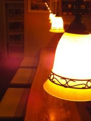 温かい照明の、くつろぎカウンター席18:00~22:00は禁煙tとなっております。