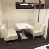 2階:4名様のテーブル席です。白を基調とした大人が雰囲気漂います。※同タイプのお席がもう一つあり、人数によっては半個室の宴会にもご利用いただけます。
