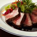 ステーキなど好評の肉料理を多数ご用意しております。最初の一品に大人気のお肉の前菜盛合せ「ブッチャープレート」、ボリューム満点の「牛リブロース 1ポンドステーキ」、バルサミコソースとの組み合わせが絶妙な「牛ハラミ プライムランク」などなど。フェアメニューや季節のおすすめも是非ご堪能ください♪
