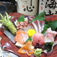 とと海月は、料理長自ら新鮮な食材を厳選して仕入れ、四季折々のオリジナルメニューをご用意しております。その日入った新鮮な魚貝や野菜で毎日変わる盛りだくさんの「日替わりおすすめメニュー」をお楽しみいただけます。