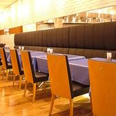 テーブル席でゆっくりとピッツァやパスタをご賞味ください
