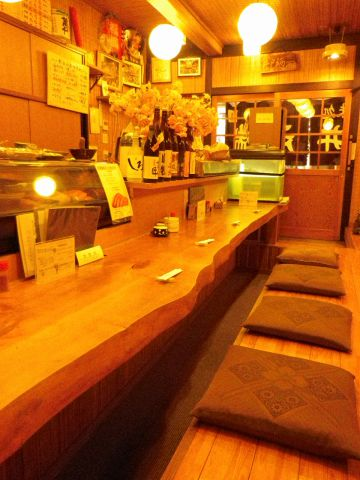 鮮度にこだわり、厳選された食材で博多の味を楽しめる、アットホームな雰囲気の店。