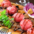 料理メニュー写真肉寿司・道産和牛白老牛のてまり寿司4貫盛、バルサミコ酢とホースラディッシュ