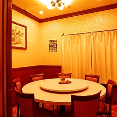 2F奥の回転式円卓スペースは、仕切りをすればちょっとした個室に♪一般的な宴席はもちろん、記念日やお誕生日会、接待などさまざまなシーンでご利用いただけます。どうぞお気軽にお問合せください。