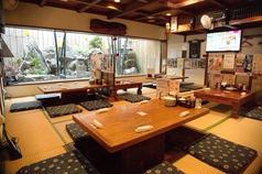 4名様座れるお座敷席をご用意しております。庭園を眺めながら美味しい料理とお酒を心ゆくまでお楽しみください。観光のお客様に大人気のお席です。和の風情を目で楽しみ、そして当店自慢の料理とお酒で沖縄感を満喫してください♪