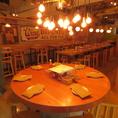 当店自慢の一番人気のお席です。仲間の顔が全員見える、大きな丸テーブルをご用意しました!
