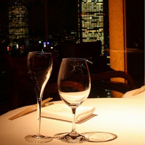 大きくとった窓からの夜景は圧巻です。メインダイニング(テーブル・カウンター)禁煙 / 座敷 喫煙可
