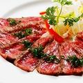 料理メニュー写真厳選赤身肉のたたき~黄身醤油がけ~
