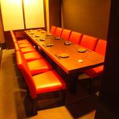 【個室】ドアで仕切られた完全個室は、スタイリッシュな赤い椅子が映えるお洒落空間。純和風の掘り炬燵席とは打って変わった、モダンな雰囲気がまた粋です。人の目の気にならない個室で、各種コンパなどにもピッタリです。12名まで収容OK。