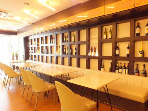 ワインボトルが多数並ぶこだわりデザインの店内はデート、女子会、各種宴会に最適です。