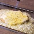 【★SPATULA名物★おこフォンデュの作り方】4.パルメザンチーズを全体に振りかけ、バーナーで炙る。