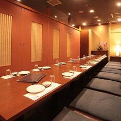 ご宴会に最適な個室です(壁・扉あり)。ゆったりとおくつろぎ頂けるお席です。接待、会社のお飲み会、宴会、法事、慶事、様々なシーンで御利用頂けます。大人数のご宴会などシーンに合わせて是非ご利用ください。その他には完全個室をお繋ぎして最大70名様迄ご利用頂けるお席も御座います。お気軽にお問い合わせ下さい。